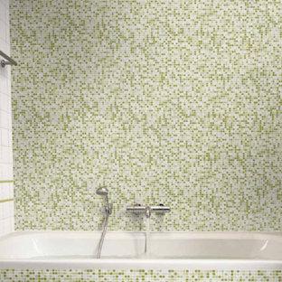 Ispirazione per una stanza da bagno minimal con vasca da incasso, piastrelle verdi, piastrelle bianche e piastrelle di vetro