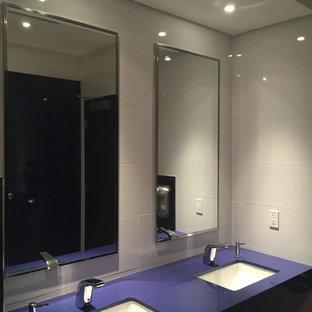 Inspiration för ett stort funkis badrum, med öppna hyllor, lila skåp, en toalettstol med separat cisternkåpa, vit kakel, vita väggar, ett undermonterad handfat och laminatbänkskiva