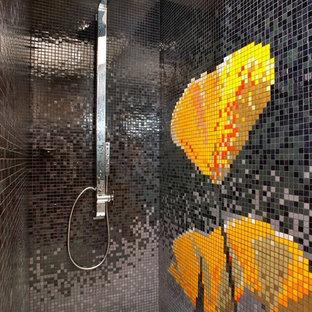 Idées déco pour une salle de bain romantique de taille moyenne pour enfant avec une douche ouverte, un carrelage multicolore, carrelage en mosaïque, un sol en carrelage de terre cuite et un sol blanc.