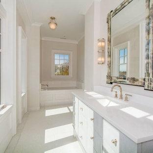 Idee per una stanza da bagno classica con ante lisce, ante arancioni, vasca sottopiano, lavabo sottopiano e top in marmo