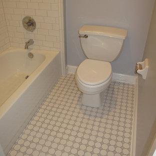 Immagine di una stanza da bagno vittoriana con piastrelle bianche, piastrelle di vetro e pavimento in gres porcellanato