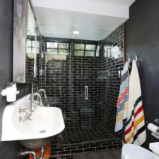 Exempel på ett litet modernt badrum med dusch, med ett avlångt handfat, ett fristående badkar, en öppen dusch, svart kakel, svarta väggar och dusch med gångjärnsdörr