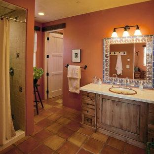 デンバーの中くらいのサンタフェスタイルのおしゃれなバスルーム (浴槽なし) (フラットパネル扉のキャビネット、中間色木目調キャビネット、アルコーブ型シャワー、オレンジのタイル、オレンジの壁) の写真