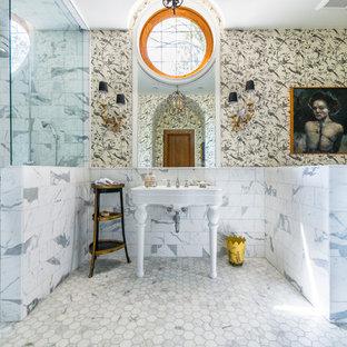 Aménagement d'une salle de bain principale de taille moyenne avec des portes de placard blanches, une douche ouverte, un carrelage multicolore, un sol en marbre, un mur multicolore, un lavabo de ferme, aucune cabine et un sol gris.