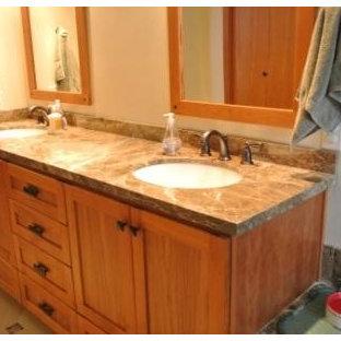 シアトルの広いコンテンポラリースタイルのおしゃれなマスターバスルーム (アンダーカウンター洗面器、フラットパネル扉のキャビネット、黒いキャビネット、珪岩の洗面台、一体型トイレ、緑の壁、無垢フローリング) の写真