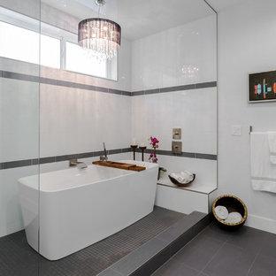 Idee per una grande stanza da bagno padronale minimal con vasca freestanding, zona vasca/doccia separata, piastrelle bianche, ante lisce, ante grigie e lavabo sottopiano