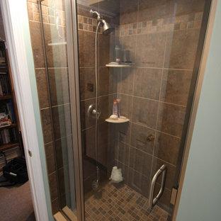 Diseño de cuarto de baño tradicional, de tamaño medio, con ducha empotrada, baldosas y/o azulejos marrones, paredes verdes, lavabo bajoencimera, armarios tipo vitrina, puertas de armario blancas, suelo beige y ducha con puerta con bisagras