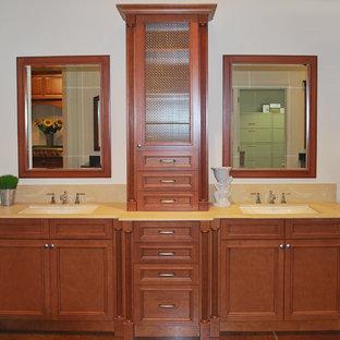 Mittelgroßes Klassisches Badezimmer En Suite mit Unterbauwaschbecken, flächenbündigen Schrankfronten, hellbraunen Holzschränken und beiger Wandfarbe in Wilmington