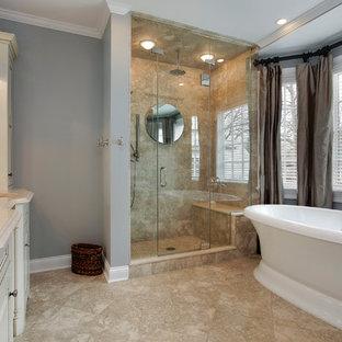 Inspiration för ett mellanstort vintage en-suite badrum, med möbel-liknande, beige skåp, ett fristående badkar, en dusch i en alkov, beige kakel, travertinkakel, grå väggar, travertin golv, ett undermonterad handfat, granitbänkskiva, beiget golv och dusch med gångjärnsdörr