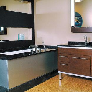 Imagen de cuarto de baño principal, contemporáneo, grande, con lavabo bajoencimera, armarios con paneles lisos, puertas de armario de madera en tonos medios, encimera de granito, bañera encastrada, ducha empotrada, sanitario de una pieza, paredes beige y suelo de corcho