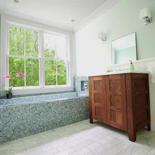 Ispirazione per una stanza da bagno design con top in marmo, piastrelle a mosaico e piastrelle blu