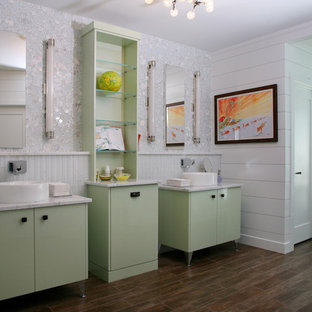 Foto di una stanza da bagno minimalista con lavabo a bacinella e ante verdi