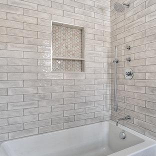 Immagine di una stanza da bagno per bambini moderna di medie dimensioni con ante a filo, vasca da incasso, vasca/doccia, WC monopezzo, piastrelle grigie, piastrelle in ceramica, pareti viola, lavabo sottopiano, pavimento grigio e doccia con tenda