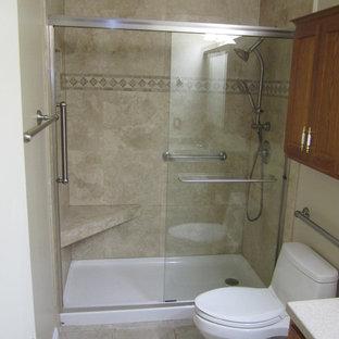 Diseño de cuarto de baño infantil, tradicional, pequeño, con baldosas y/o azulejos marrones, losas de piedra y suelo de travertino