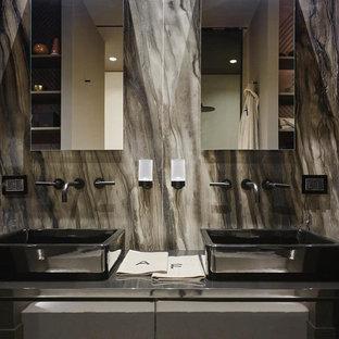 Idee per una stanza da bagno padronale minimalista con piastrelle marroni, lastra di pietra, lavabo a bacinella, top in acciaio inossidabile e top grigio