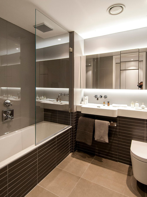 Salle de bain avec un wc suspendu et un mur beige photos for Baignoire lavabo integre