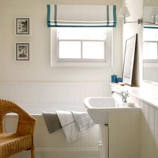 Idee per una stanza da bagno minimal con lavabo da incasso, ante bianche, vasca da incasso e pavimento multicolore