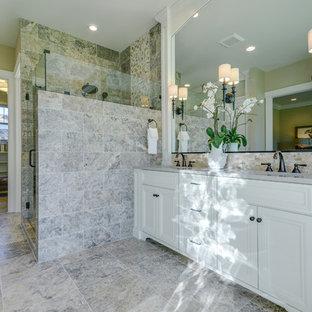 Inspiration för ett stort amerikanskt en-suite badrum, med luckor med infälld panel, vita skåp, ett badkar med tassar, en hörndusch, grå kakel, keramikplattor, beige väggar, klinkergolv i keramik, ett undermonterad handfat och laminatbänkskiva