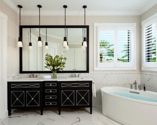 Salle de bain avec des portes de placard noires et une for Placard d angle salle de bain