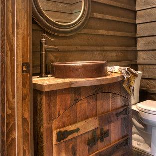 Diseño de cuarto de baño rústico, pequeño, con puertas de armario de madera oscura, encimera de madera y encimeras marrones