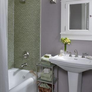 Klassisches Badezimmer mit Sockelwaschbecken und lila Wandfarbe in San Francisco