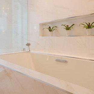 Ejemplo de cuarto de baño principal, de estilo zen, grande, con bañera encastrada sin remate, ducha esquinera, baldosas y/o azulejos beige, baldosas y/o azulejos de mármol, paredes beige y ducha con puerta con bisagras