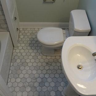 Foto de cuarto de baño con ducha, moderno, pequeño, con lavabo con pedestal, bañera empotrada, combinación de ducha y bañera, baldosas y/o azulejos grises, baldosas y/o azulejos de cemento y suelo de mármol