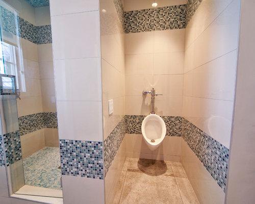 Salle de bain avec carrelage en mosa que et un urinoir for Taille moyenne salle de bain