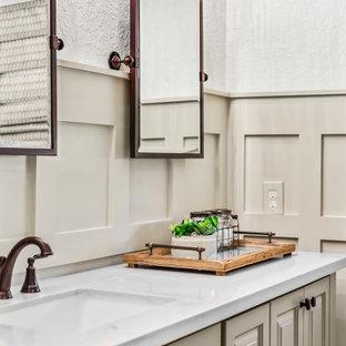Foto di una stanza da bagno chic di medie dimensioni con ante con bugna sagomata, ante beige, pareti bianche, lavabo sottopiano e top bianco