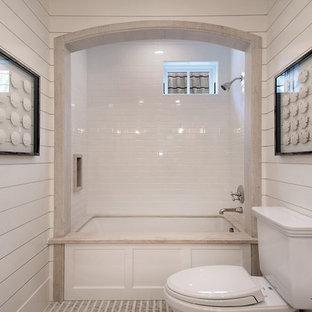 Diseño de cuarto de baño tradicional con bañera encastrada sin remate, combinación de ducha y bañera, sanitario de dos piezas, baldosas y/o azulejos blancos y baldosas y/o azulejos de cemento