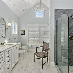 На фото: большие главные ванные комнаты в стиле кантри с фасадами с утопленной филенкой, белыми фасадами, серой плиткой, серыми стенами, врезной раковиной, белым полом, открытым душем, белой столешницей, отдельно стоящей ванной, угловым душем, писсуаром, мраморным полом и столешницей из кварцита