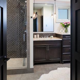 Ispirazione per una stanza da bagno padronale classica di medie dimensioni con lavabo da incasso, consolle stile comò, ante marroni, vasca freestanding, WC a due pezzi, piastrelle grigie, piastrelle in gres porcellanato, pareti grigie e pavimento in gres porcellanato