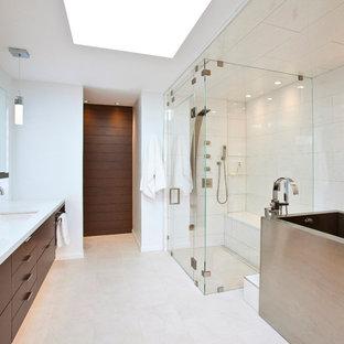 На фото: главная ванная комната среднего размера в стиле модернизм с плоскими фасадами, темными деревянными фасадами, столешницей из искусственного кварца, врезной раковиной, японской ванной, душем без бортиков, белой плиткой, керамогранитной плиткой и белыми стенами с