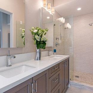 Idéer för mellanstora vintage en-suite badrum, med skåp i shakerstil, skåp i mellenmörkt trä, ett fristående badkar, en dusch i en alkov, en toalettstol med separat cisternkåpa, beige kakel, stenkakel, beige väggar, klinkergolv i keramik, ett undermonterad handfat, bänkskiva i kvarts, beiget golv och dusch med gångjärnsdörr