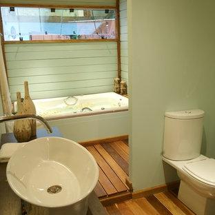 Идея дизайна: ванная комната в морском стиле с консольной раковиной