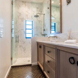 Стильный дизайн: маленькая ванная комната в стиле современная классика с фасадами с утопленной филенкой, фасадами цвета дерева среднего тона, душем в нише, белой плиткой, плиткой из листового камня, белыми стенами, кирпичным полом, душевой кабиной, врезной раковиной, мраморной столешницей, коричневым полом, душем с распашными дверями и белой столешницей - последний тренд