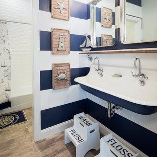 Immagine di una stanza da bagno per bambini costiera con lavabo rettangolare, doccia con tenda, vasca ad alcova, vasca/doccia, pareti multicolore e pavimento marrone