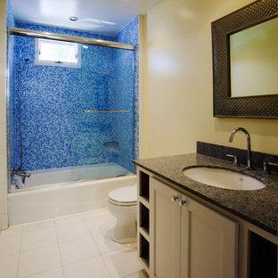 Esempio di una stanza da bagno per bambini tradizionale di medie dimensioni con ante in stile shaker, ante bianche, vasca ad alcova, vasca/doccia, WC monopezzo, piastrelle blu, piastrelle a mosaico, pareti gialle, pavimento in marmo, lavabo sottopiano, top in granito, pavimento bianco, porta doccia scorrevole e top blu