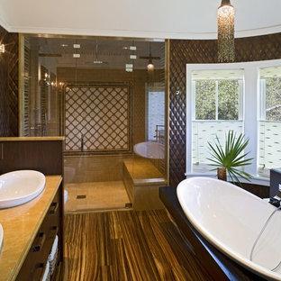 Foto de cuarto de baño actual con lavabo sobreencimera y paredes marrones