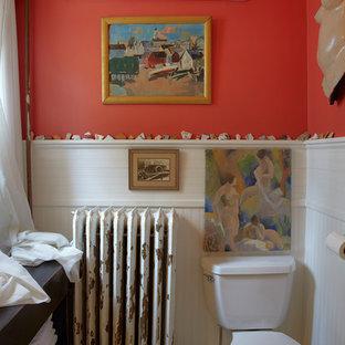 Idéer för ett maritimt badrum, med öppna hyllor, skåp i mörkt trä, en toalettstol med separat cisternkåpa och orange väggar