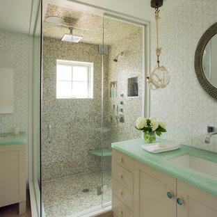 Immagine di una stanza da bagno stile marinaro con lavabo sottopiano, ante in stile shaker, ante bianche, doccia ad angolo, piastrelle beige, pareti bianche e top verde