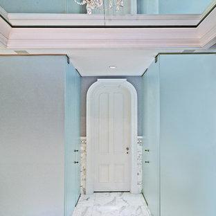 Ejemplo de cuarto de baño costero con ducha a ras de suelo y baldosas y/o azulejos blancos