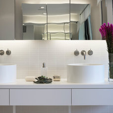 Beach Style Bathroom by West Chin Architects & Interior Designers