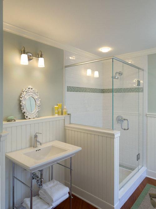 Salle de bain bord de mer avec un mur vert photos et for Salle de bain bord de mer
