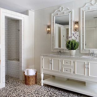 ジャクソンビルのビーチスタイルのおしゃれな浴室 (家具調キャビネット、白いキャビネット、アルコーブ型シャワー、白い壁、玉石タイル、珪岩の洗面台、白い床、オープンシャワー) の写真