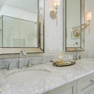 Immagine di una stanza da bagno padronale classica con ante con riquadro incassato, ante grigie, doccia a filo pavimento, piastrelle bianche, lastra di vetro, pareti grigie, pavimento in pietra calcarea, lavabo sottopiano, top in marmo e pavimento beige