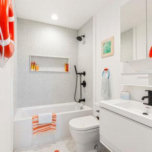 Свежая идея для дизайна: ванная комната среднего размера в современном стиле с плоскими фасадами, белыми фасадами, ванной в нише, душем над ванной, белой плиткой, плиткой мозаикой, белыми стенами, душевой кабиной, консольной раковиной, серым полом, открытым душем, раздельным унитазом, полом из керамической плитки, столешницей из искусственного камня и белой столешницей - отличное фото интерьера