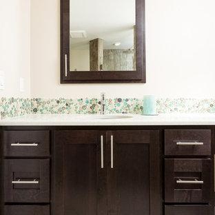 Ispirazione per una stanza da bagno padronale costiera con ante in stile shaker, ante in legno bruno, piastrelle multicolore, pareti beige, pavimento con piastrelle in ceramica, lavabo sottopiano, top in quarzo composito e piastrelle di ciottoli