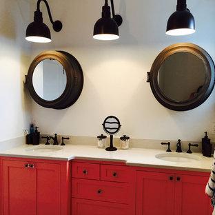 Idéer för att renovera ett maritimt badrum för barn, med ett undermonterad handfat, skåp i shakerstil, röda skåp, bänkskiva i kvarts, en dusch/badkar-kombination, en toalettstol med hel cisternkåpa, grå kakel, keramikplattor, vita väggar och klinkergolv i keramik