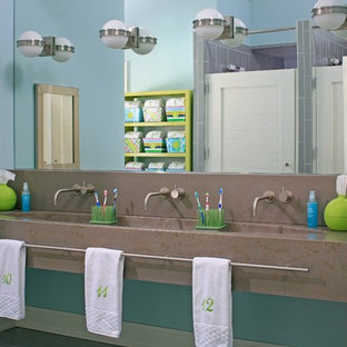 Idee per una stanza da bagno per bambini stile marinaro con lavabo rettangolare, top in cemento, piastrelle grigie e pareti blu
